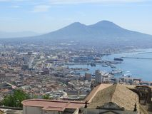 De stad van Napels van hierboven Napoli Italië De vulkaan van de Vesuvius erachter Orthodox kerkkruis en de maan stock afbeeldingen
