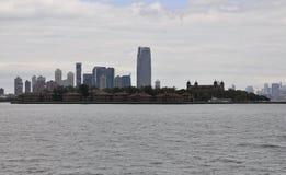 De Stad van New York, 2 Augustus: Ellis Island over Hudson-rivier van de Stad van New York stock fotografie