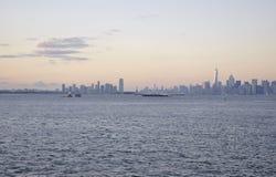 De Stad van New York, 2 Augustus: Van New Jersey de Stad en van Manhattan horizon bij zonsondergang over Hudson-rivier Royalty-vrije Stock Afbeeldingen