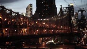 De stad van New York bij de brug luchtmening van de nachthorizon stock video