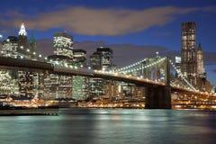 De Stad van New York bij nacht Stock Afbeeldingen