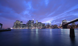De Stad van New York bij nacht stock foto