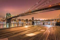 De Stad van New York bij nacht, de Brug van Brooklyn Royalty-vrije Stock Afbeeldingen