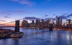De Stad van New York bij zonsondergang stock afbeeldingen