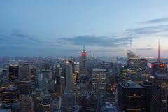 De Stad van New York bij Zonsondergang die vanaf de Bovenkant van de Rots wordt genomen stock afbeelding