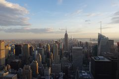 De Stad van New York bij Zonsondergang vanaf de Bovenkant van de Rots wordt genomen die royalty-vrije stock afbeeldingen