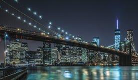 De Stad van New York - de de Nachtmening Van de binnenstad van Manhattan stock afbeeldingen