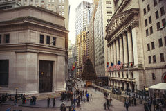 DE STAD VAN NEW YORK - 15 DECEMBER: Wall Street met New York Stock Exchange in de Financiëndistrict van Manhattan tijdens Kerstmi Stock Afbeelding