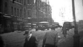 DE STAD VAN NEW YORK - 1944: Een mens trekt zijn zoon om aan een slee tijdens een sneeuwochtend te werken stock video