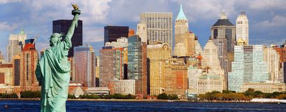 De Stad van New York en Standbeeld van Vrijheid stock fotografie