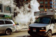 De STAD van NEW YORK - 27 Februari, 2017: super de bouw ontruimt de stoep New York Stock Foto's