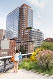 DE STAD VAN NEW YORK - 29,2014 JULI: Meisje die een beeld in Hoge Lijn maken Stock Fotografie