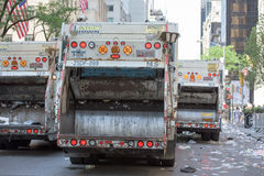 DE STAD VAN NEW YORK - 14 JUNI 2015: De vrachtwagens maken de straat na Jaarlijkse Puerto Rico Day Parade schoon Royalty-vrije Stock Foto's