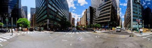 De STAD van NEW YORK - 15 Juni, 2018: Het duidelijk uitkomen in het verkeer die onderaan 4de Weg tussen de wolkenkrabbers kijken Stock Foto