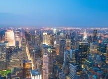 DE STAD VAN NEW YORK - 9 JUNI, 2013: Nacht luchtmening van Uit het stadscentrum skysc Royalty-vrije Stock Foto's