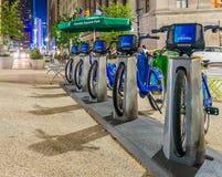 DE STAD VAN NEW YORK - 8 JUNI, 2013: Nieuwe blauwe die CitiBikes bij de Mens wordt opgesteld Stock Foto's