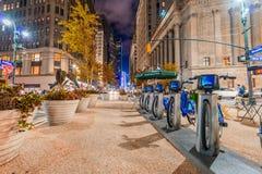 DE STAD VAN NEW YORK - 8 JUNI, 2013: Nieuwe blauwe die CitiBikes bij de Mens wordt opgesteld Royalty-vrije Stock Afbeeldingen