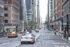 DE STAD VAN NEW YORK - 14 JUNI 2015: stads verstopte straat en weg Stock Foto