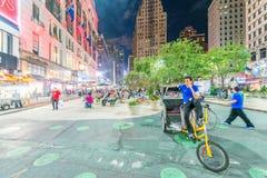 DE STAD VAN NEW YORK - 8 JUNI, 2013: Toeristen in Manhattan bij nacht Mo Stock Afbeeldingen