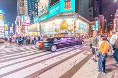 DE STAD VAN NEW YORK - 8 JUNI, 2013: Toeristen in Times Square bij nacht Royalty-vrije Stock Fotografie