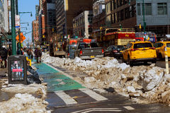 De STAD van NEW YORK - 16 Maart, 2017: Sneeuw behandelde straat en Brownstone de Stad in van Manhattan, New York Stock Foto
