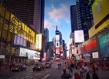 DE STAD VAN NEW YORK, MANHATTAN, 24 APRIL, 2015: De avondmening over NYC-Times Square steekt de manierboutiques geleide aanplakbo Stock Foto