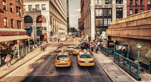 DE STAD VAN NEW YORK - 24 MEI: De gele cabines versnellen langs stad skyscrap Stock Foto