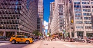 DE STAD VAN NEW YORK - 22 MEI, 2013: Times Square op een de lentedag Benaderend Stock Foto