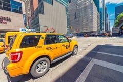 DE STAD VAN NEW YORK - 22 MEI, 2013: Times Square op een de lentedag Benaderend Stock Afbeeldingen