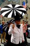 De Stad van New York: Mens met Paraplu bij de Parade van Pasen van 2016 Royalty-vrije Stock Afbeelding