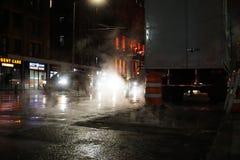 DE STAD VAN NEW YORK - NOVEMBER 2019: nachtverkeer en rook in New York royalty-vrije stock afbeelding