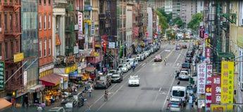 De Stad van New York, NY/de V.S. - 08/01/2018: Het kijken onderaan het Oosten Broadway op de Chinatowngebied van de Stad van New  royalty-vrije stock foto's