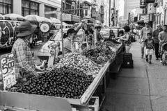 De Stad van New York, NY/de V.S. - 08/01/2018: Straatventers die fruit op de Chinatowngebied van de Stad van New York verkopen, M stock afbeelding