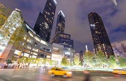 DE STAD VAN NEW YORK - 24 OKTOBER, 2015: Stadsstraten en lichten bij nig Stock Afbeeldingen