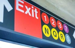 DE STAD VAN NEW YORK - 23 OKTOBER, 2015: Uitgangstekens binnen metrostati royalty-vrije stock foto's