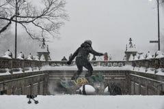 1/23/16, de Stad van New York: Snowboarders neemt aan de parken van New York tijdens de Winteronweer Jonas Royalty-vrije Stock Foto's