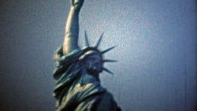 DE STAD VAN NEW YORK - 1954: Standbeeld van Vrijheid en de mening van de de Stadshorizon van New York stock videobeelden