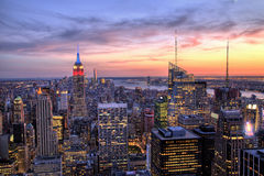 De Stad van New York Uit het stadscentrum met Empire State Building bij Schemer Stock Fotografie