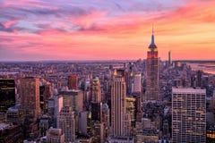 De Stad van New York Uit het stadscentrum met Empire State Building bij Verbazende Zonsondergang