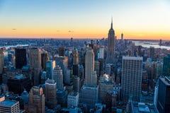 De Stad van New York - de V.S. Mening aan de Lower Manhattanhorizon van de binnenstad met beroemd Empire State Building en wolken royalty-vrije stock fotografie