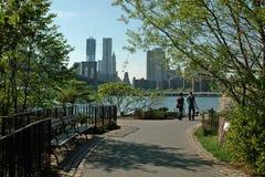 De Stad van New York van de Waterkant van het Park van de Brug van Brooklyn Stock Afbeeldingen