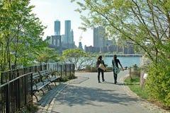 De Stad van New York van de Waterkant van het Park van de Brug van Brooklyn Stock Foto