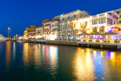 De stad van Nikolaos van agio's bij nacht op Kreta Stock Fotografie