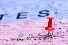 De Stad van Oklahoma op een kaart van de V.S. wordt gespeld die Stock Foto's