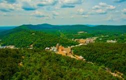 De Stad van Ozark Mountains Surrounding Hot Springs Arkansas in Bossen wordt gesneden dat stock foto