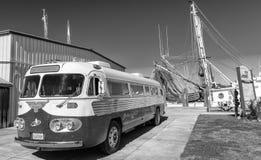 DE STAD VAN PANAMA, FL - FEBRUARI 7, 2016: Uitstekende bus langs de straat Royalty-vrije Stock Foto's