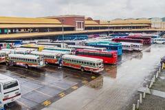 DE STAD VAN PANAMA, PANAMA - MEI 28, 2016: De bussen wachten bij Albrook-Busterminal in Panama CIT stock fotografie