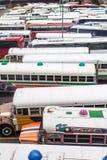 DE STAD VAN PANAMA, PANAMA - MEI 30, 2016: De bussen wachten bij Albrook-Busterminal in Panama CIT stock fotografie