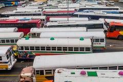 DE STAD VAN PANAMA, PANAMA - MEI 30, 2016: De bussen wachten bij Albrook-Busterminal in Panama CIT royalty-vrije stock fotografie