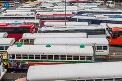 DE STAD VAN PANAMA, PANAMA - MEI 30, 2016: De bussen wachten bij Albrook-Busterminal in Panama CIT stock afbeeldingen